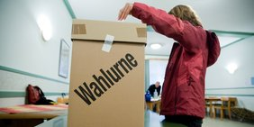Wahlurne mit Mensch