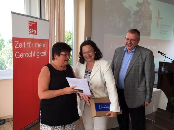 Rita Schmitt vom DGB Rheinhessen-Nahe übergibt an Bundesarbeitsministerin Andrea Nahles im Auftrag des Frauenbündnisses gegen Altersarmut den Forderungskatalog