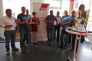 Mitglieder des DGB-Kreisvorstandes Rhein-Hunsrück (von rechts): Dirk Sitte (GEW, Altlay), Reinhold Rüdesheim (EVG, Niederburg), Bernd Müller (IG BAU, Simmertal), Walter Martin (Gast, IG BAU), Georg Henschel (verdi, Neuerkirch), Rita Sch-mitt (DGB, Mainz), Heinz Braun (IG Metall, Boppard), Marco Schömehl (Gewinner der Verlosung, IG Metall), Güngör Kiraz (IG Metall, Sargenroth).