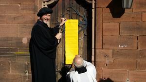 Der Anschlag der sieben Thesen für den Freien Sonntag an der Kirchentür der Heilig-Kreuz-Kirche Bad Kreuznach..