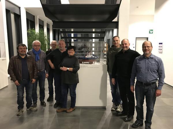 Die beim Betriebsbesuch anwesenden Kreisvorstandsmitglieder (von links nach rechts): Güngör Kiraz (IG Metall Bad Kreuznach), Reinhold Rüdesheim (EVG), Bernd Müller (IG BAU), Heinz Braun (stellv. Betriebsratsvorsitzender bei der Schottel GmbH; IG Metall Koblenz), Rita Schmitt (DGB Rheinhessen-Nahe, Gewerkschaftssekretärin), Marc Böß (IG BAU), Georg Henschel (DGB-Kreisvorsitzender, verdi), Dirk Sitte (GEW). Kay Wohlfahrt (DGB-Kreisvorsitzender, IG Metall Bad Kreuznach) und Thomas Uhl (IG BCE) konnten aufgrund von Tarifverhandlungen bzw. Krankheit nicht dabei sein.